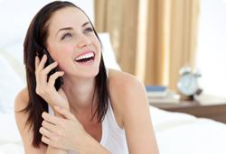 donna felice al telefono grazie agli amplificatori gsm